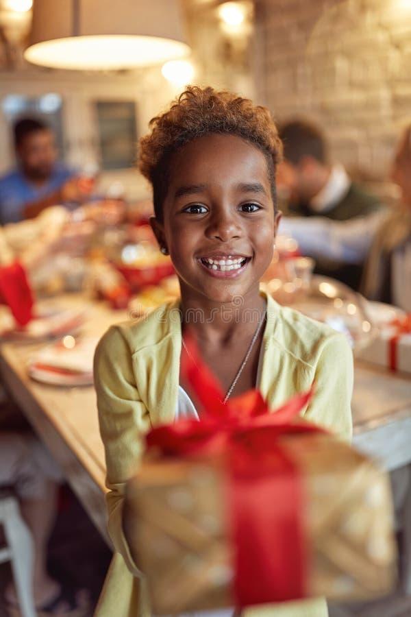 Feriado e doação bonitos de sorriso da celebração da menina do presente de Natal fotografia de stock royalty free