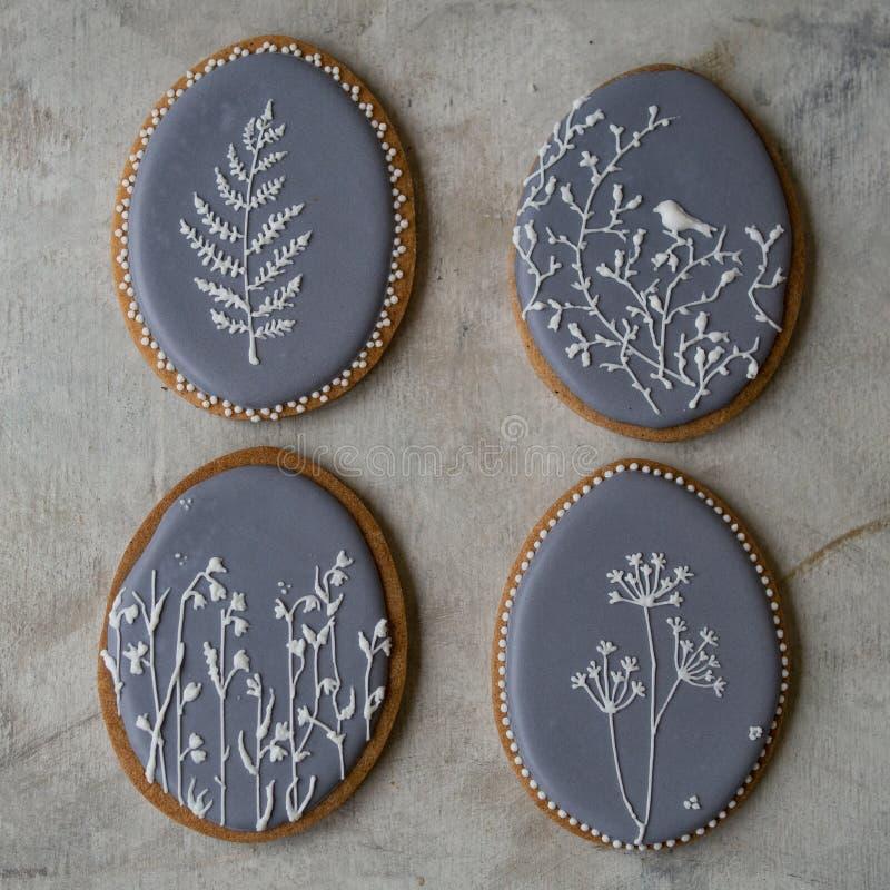 Feriado feliz da família, cookies cinzentas de easter do pão-de-espécie em ovos do formulário com teste padrão floral Cookies fes fotografia de stock