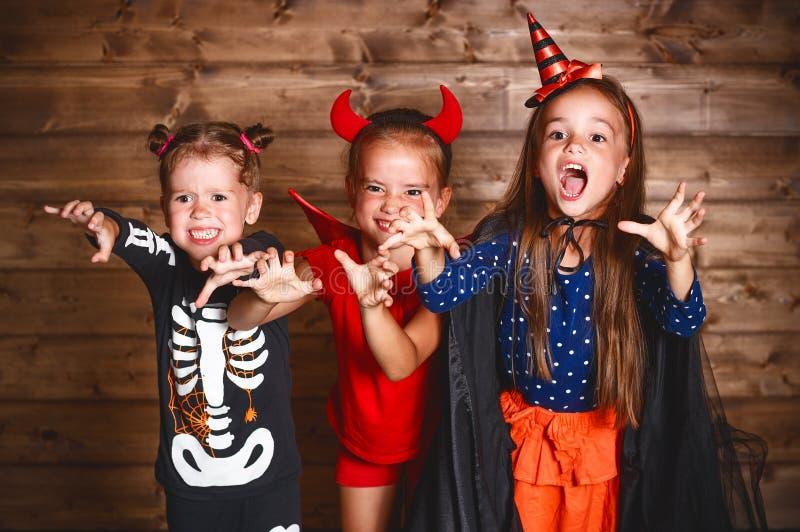Feriado Halloween Crianças engraçadas do grupo em trajes do carnaval fotografia de stock