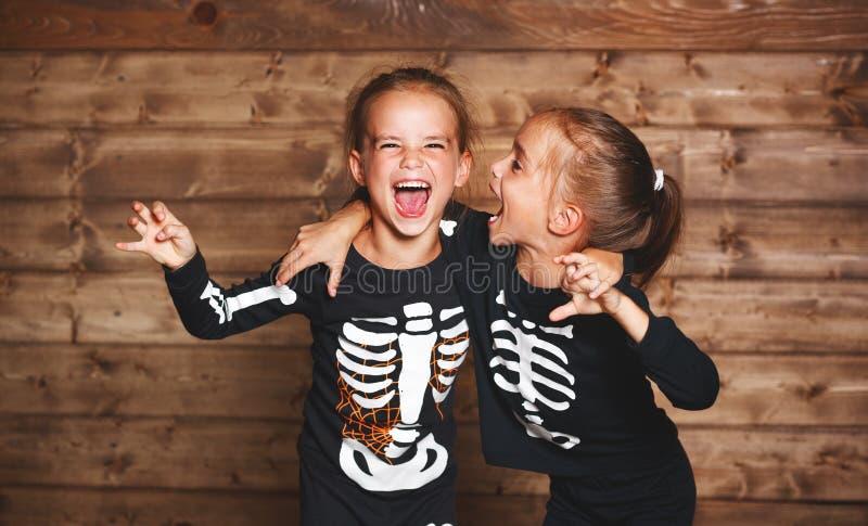 Feriado Halloween crianças engraçadas engraçadas dos gêmeos das irmãs no carniva imagem de stock royalty free