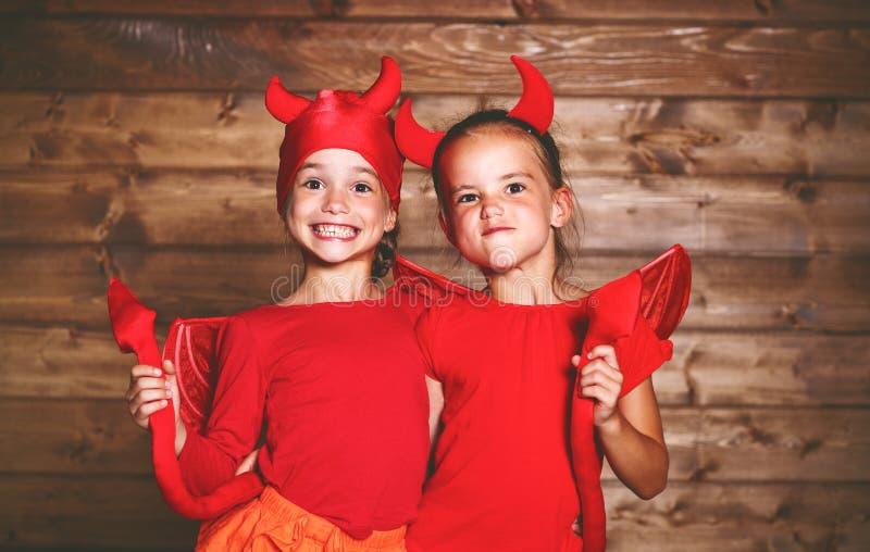 Feriado Halloween crianças engraçadas engraçadas dos gêmeos das irmãs no carniva fotos de stock royalty free