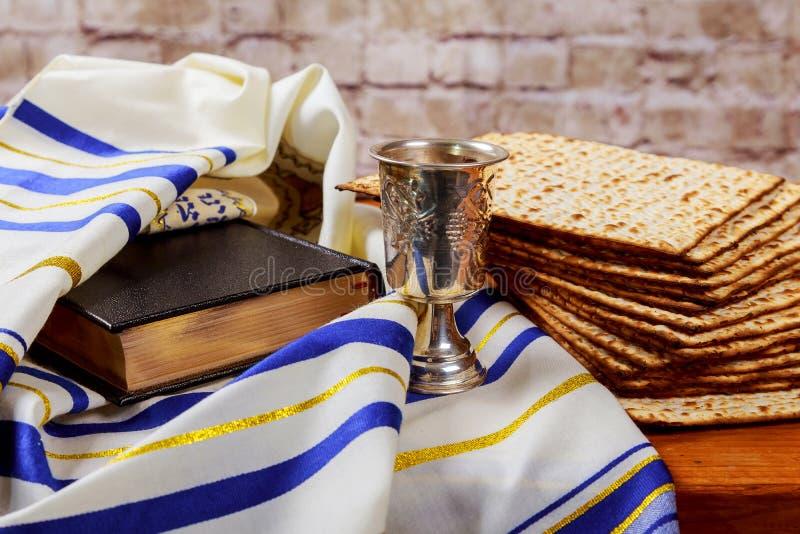 Feriado judaico da páscoa judaica do conceito da celebração de Pesah Livro tradicional com texto no hebraico: Hagadá da páscoa ju imagem de stock