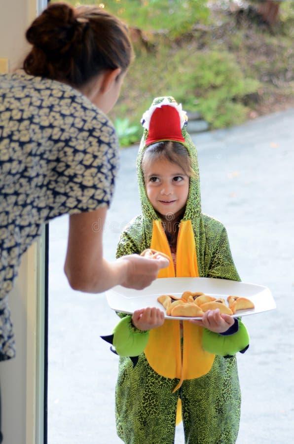 Feriado judaico de Purim - a criança dá Mishloach Manot fotos de stock royalty free