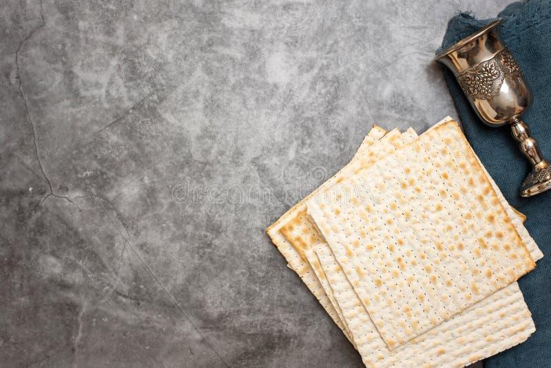 Feriado judaico do passover Matza e vidro para o vinho em um fundo cinzento Vista superior Com espa?o da c?pia fotografia de stock royalty free