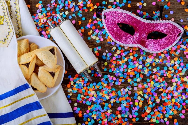 Feriado judaico Purim com máscara do carnaval e para hamantaschen cookies Configuração lisa fotografia de stock royalty free