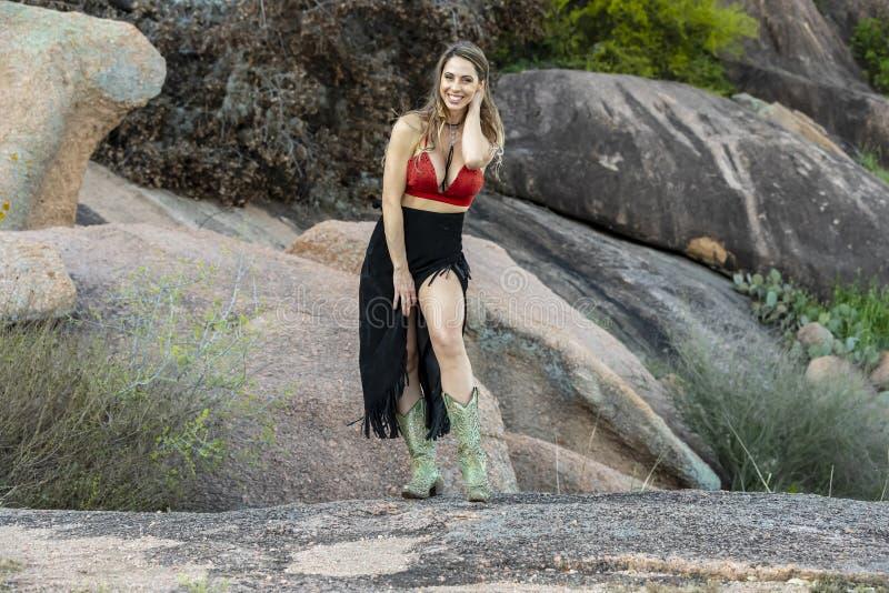 Feriado moreno bonito de Posing Outdoors On do modelo fotografia de stock royalty free