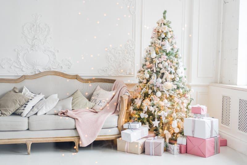 Feriado ou celebração do ` s do ano novo, o humor, interior minimalistic do Natal à moda, presentes e presentes envolvidos abaixo foto de stock royalty free