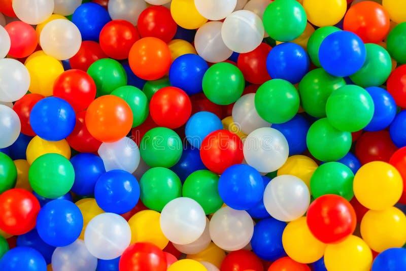 Feriado, partido do ` s das crianças, uma sala de jogos, uma caixa encheu-se com as bolas coloridas pequenas imagem de stock