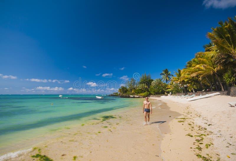 Feriado tropical - equipe walkin na praia fotografia de stock