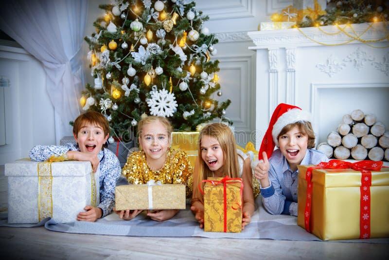 Feriados com presentes imagens de stock royalty free