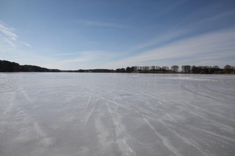 Feriados da mola Gelo congelado do lago, céu azul, árvores imagens de stock royalty free