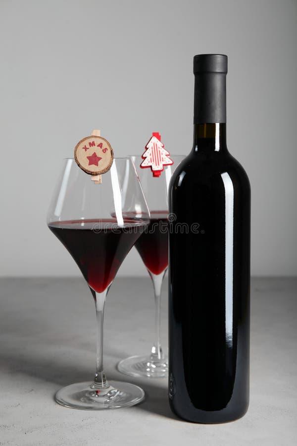 Feriados de inverno com um vidro do vinho tinto, das decorações do Natal e da decoração foto de stock royalty free