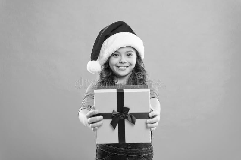 Feriados de inverno felizes Menina pequena Presente para o Xmas Inf?ncia Partido do ano novo Crian?a de Santa Claus Compra do Nat foto de stock