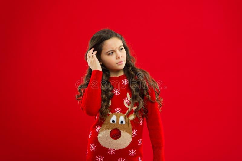 Feriados de inverno felizes Menina virada pequena Partido do ano novo Criança de Santa Claus Criança da menina no chapéu vermelho fotos de stock royalty free