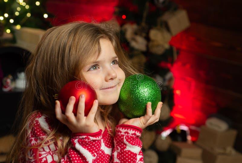 Feriados de inverno Inf?ncia feliz Feliz Natal e ano novo feliz Brincadeira ador?vel em casa Criança sonhadora do bebê fotografia de stock
