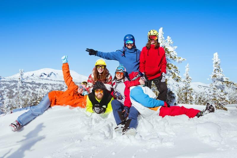 Feriados de inverno na estância de esqui Os amigos estão tendo o divertimento imagens de stock