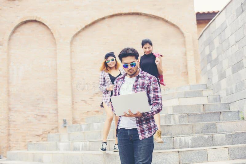 Feriados de verão e adolescentes hipster viajando juntos na cidade urbana se divertindo e se divertindo juntos imagem de stock royalty free
