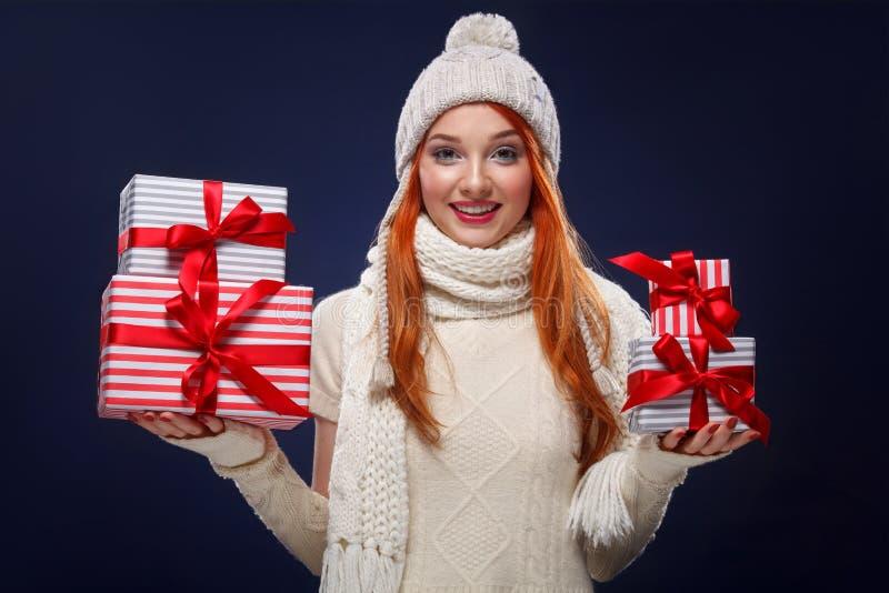 Feriados do Natal e do ano novo Mulher feliz que guarda caixas de presente no fundo do inverno em sexta-feira preta Vendas no Nat imagens de stock