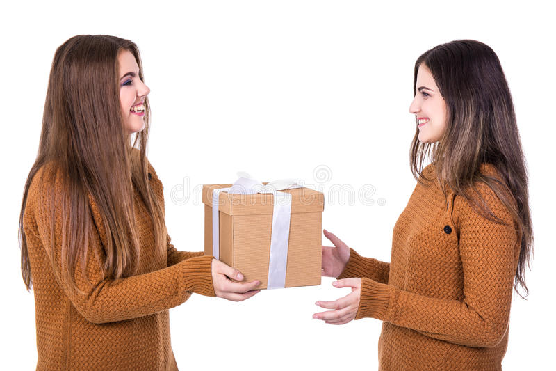 Feriados e conceito da amizade - meninas felizes com isolador da caixa de presente imagens de stock