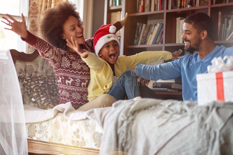 Feriados e conceito da celebração - família afro-americano feliz para comemorar o Natal imagens de stock royalty free