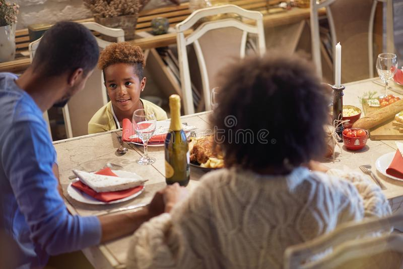 Feriados e conceito da celebração - família feliz que tem o jantar de Natal em casa imagem de stock