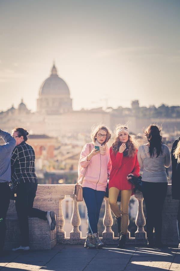 Feriados em Roma, Itália Turistas no terraço de Pincio fotos de stock royalty free