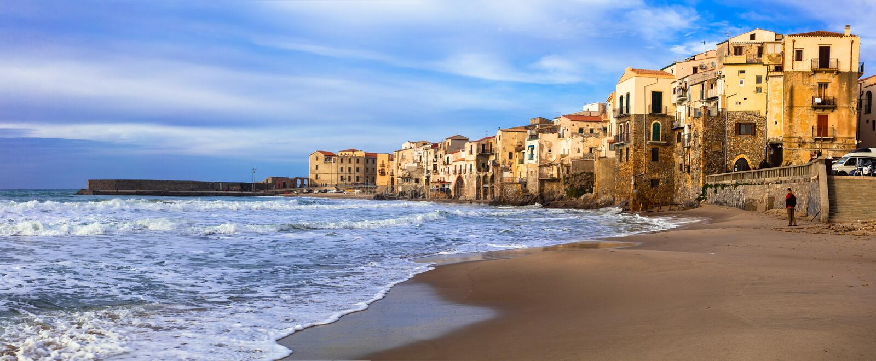 Feriados italianos - cidade costeira bonita Cefalu em Sicília imagens de stock