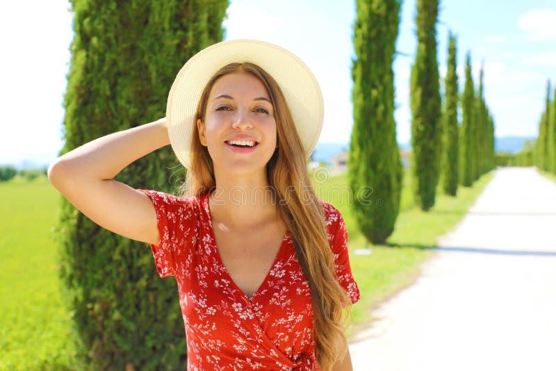 Feriados na Itália Feche a linda garota da Toscana Viajante jovem caminhando em uma faixa de ciprestes no dia ensolarado Copiar e foto de stock royalty free