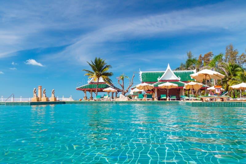 Feriados na piscina tropical foto de stock
