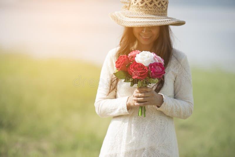 Ferie-, förälskelse- och blommabegrepp - unga härliga kvinnakläder en vit snör åt klänningen arkivfoton