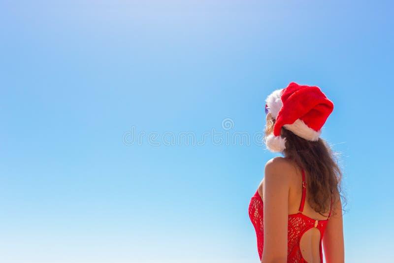 Ferie för julsemesterparadis sexig kvinnaglädje och framgång som tycker om solen, reser flykt med den santa hatten kopiera avstån royaltyfria foton