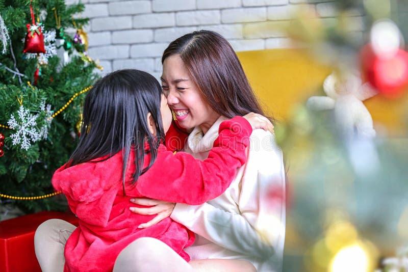 ferie- och folkbegrepp Modern och barnet firar jul Lycklig moder och dotter som dekorerar julträdet mom arkivbilder