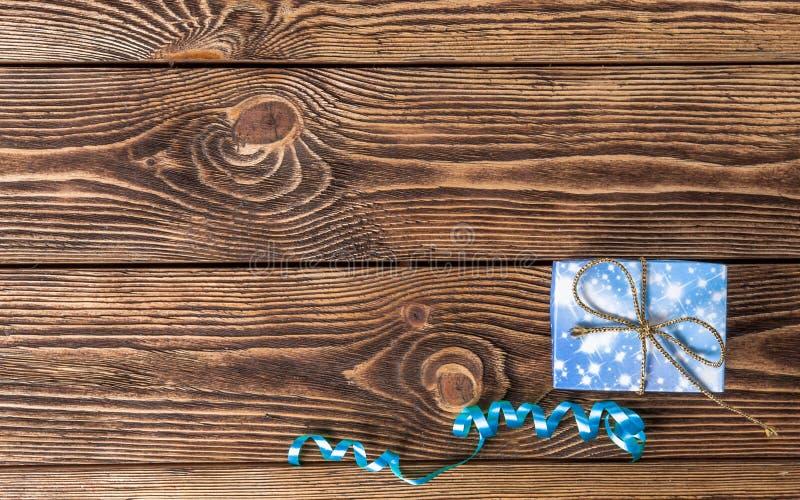 Ferie-/romantiker-/bröllop-/valentindagbakgrund med den lilla blåa handgjorda gåvaasken och bandet arkivfoto