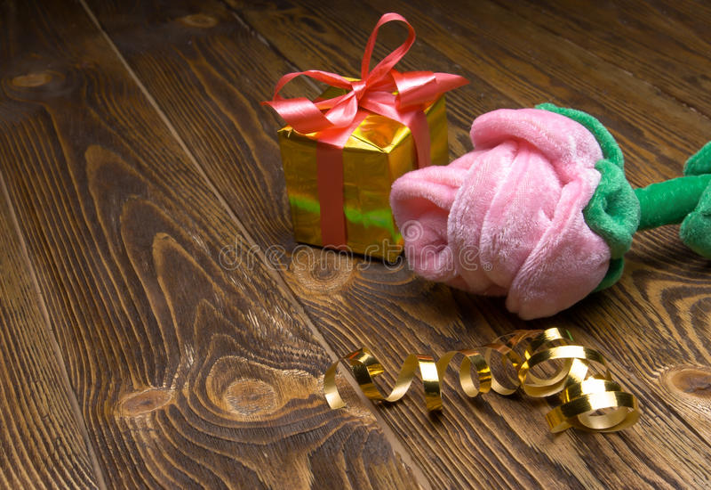 Ferie-/romantiker-/valentindagbakgrund med rosa plysch och gåvaasken på trätabellen arkivbilder
