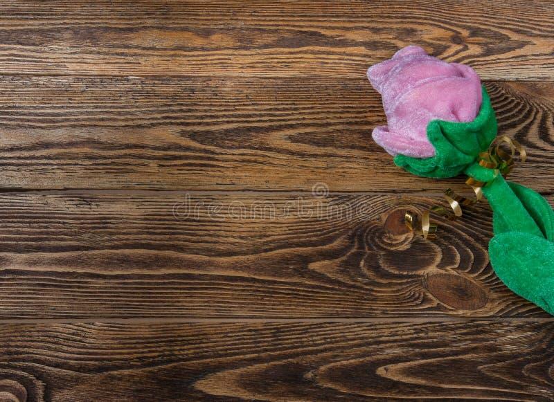 Ferie-/romantiker-/valentindagbakgrund med rosa plysch och gåvaasken på trätabellen fotografering för bildbyråer