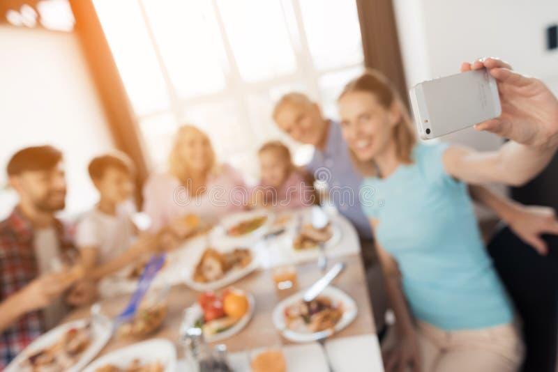 Ferie Selfie för tacksägelse En kvinna tar bilder av henne och hennes familj royaltyfria bilder