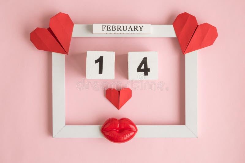 Ferieabstrakt begrepp som göras av bildram, 14 av februari träkalendern och röda pappers- hjärtor med plast- kanter på ros arkivfoto