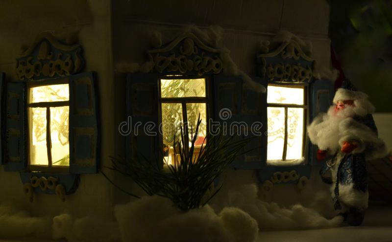 Feriefönster och jultomten royaltyfri bild