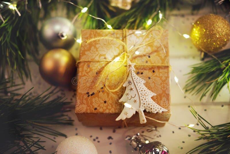 Feriegåvan under julgranen som slås in med, tvinnar och wrappin arkivbilder