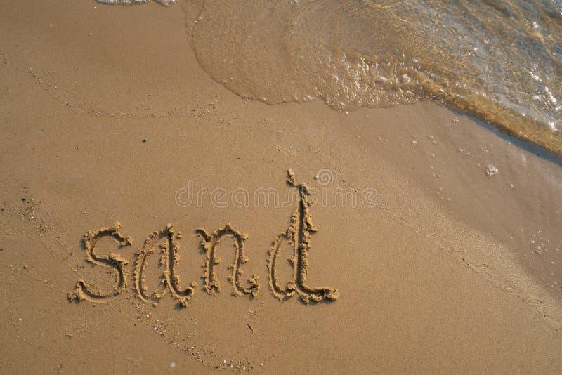 Ferien auf dem Sandstrandkonzept Sandwörter geschrieben in den Sand auf den Strand bei Rayong, Thailand stockbilder