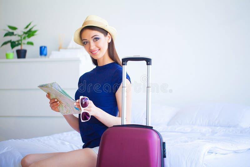 ferien Frau, die für Rest-junges schönes Mädchen sich vorbereitet, sitzt auf dem Bett Porträt einer lächelnden Frau Glückliches M stockfotografie