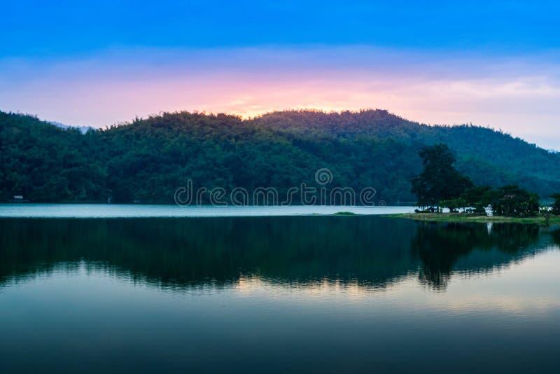 Ferien-Freien-Konzept, Dämmerungs-Sonnenaufgang und Gebirgs-, See-und Himmel-Hintergrund stockbilder