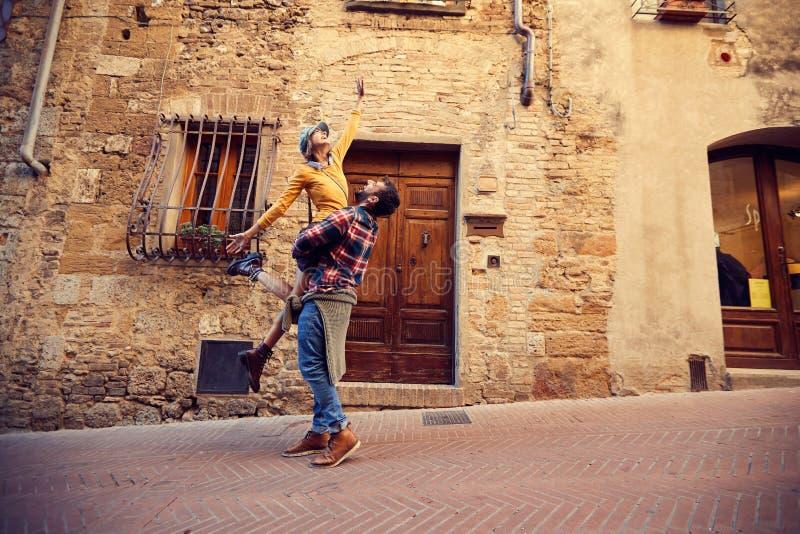Ferien – Mann und Frau, die im Urlaub Spaß lachen und haben stockfotos