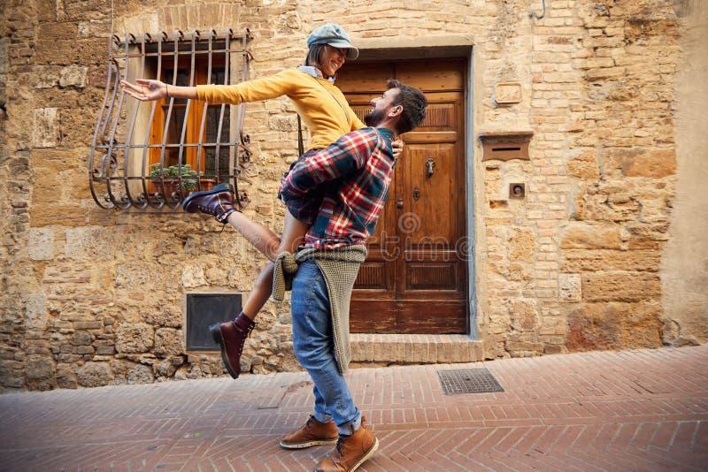 Ferien - Paare, die Spaß auf Reise lachen und haben stockfoto