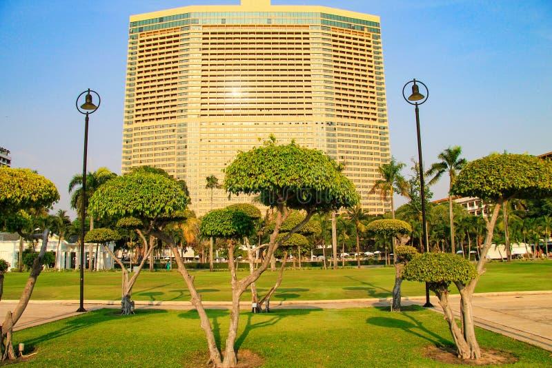 Ferien, Reise und Tourismus Exotische Bäume und Architektur an einem tropischen Erholungsort lizenzfreies stockbild