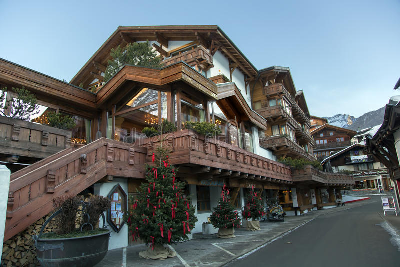 Ferienarttoevlucht & Kuuroordhotel in saas-Prijs stock afbeelding