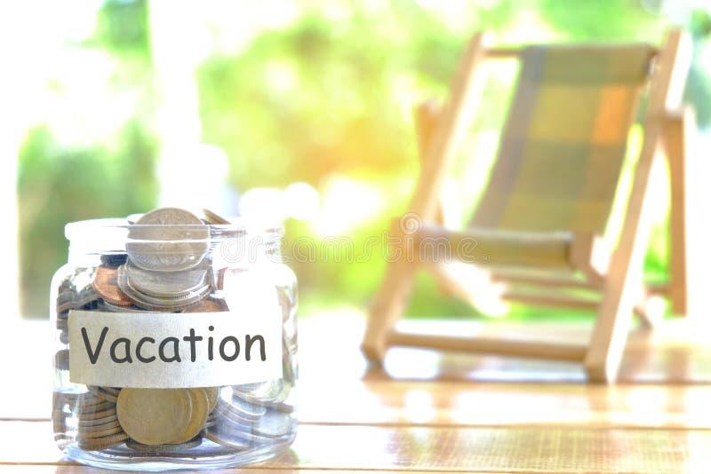 Ferienbudgetkonzept Feriengeld-Einsparungenskonzept Sammeln des Geldes im moneybox für Ferien Geldglas mit Münzen und Strand stockfotos