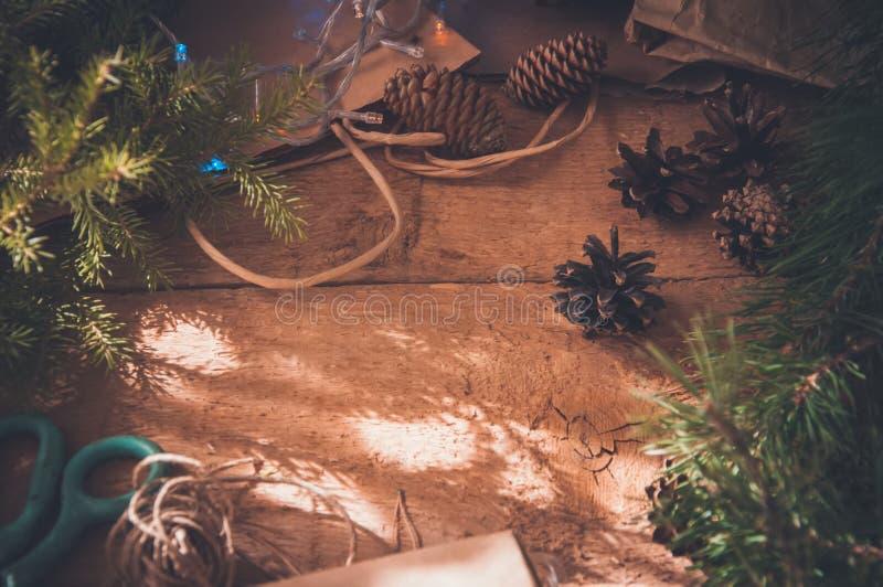 Feriengeschenkverpackungskonzept Festliche Weihnachtszeit Tanne branc stockbild
