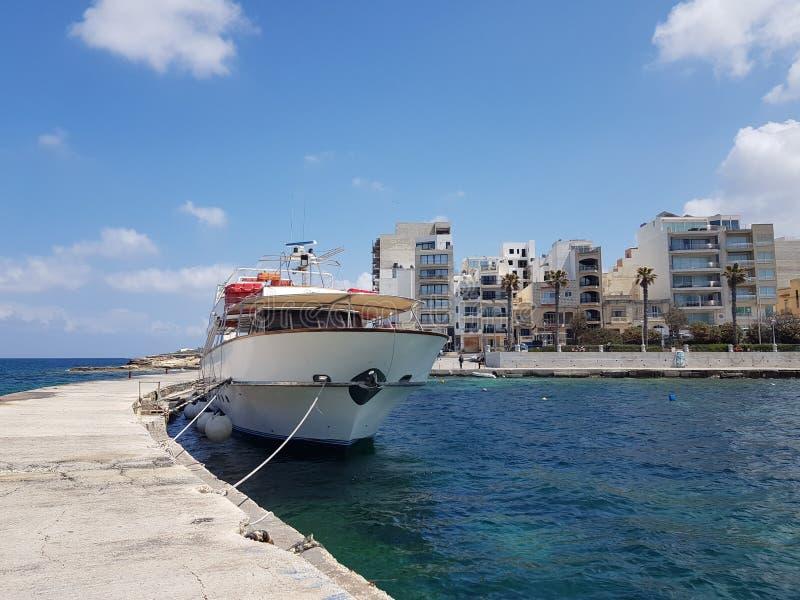 Ferienzentrum und Schiff stockfotografie