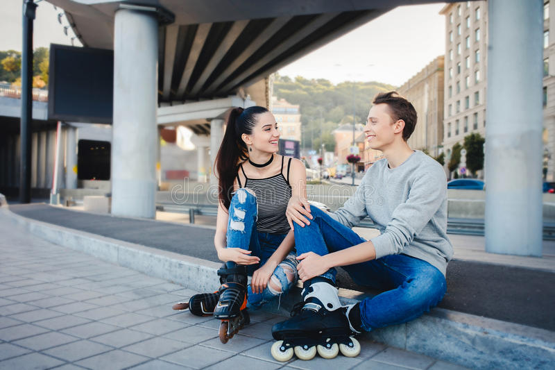 Ferier, aktivt folk och kamratskapbegrepp Barnpassformpar royaltyfri foto